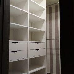 Белая гардеробная комната с шуфлядками. Вид 1