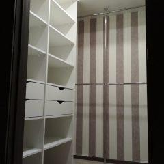 Белая гардеробная комната с шуфлядками. Вид 2