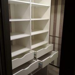 Белая гардеробная комната с шуфлядками. Вид 3