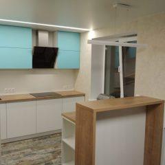 Белая кухня без ручек, с берюзовыми фасадами и барной стойкой. Вид.2