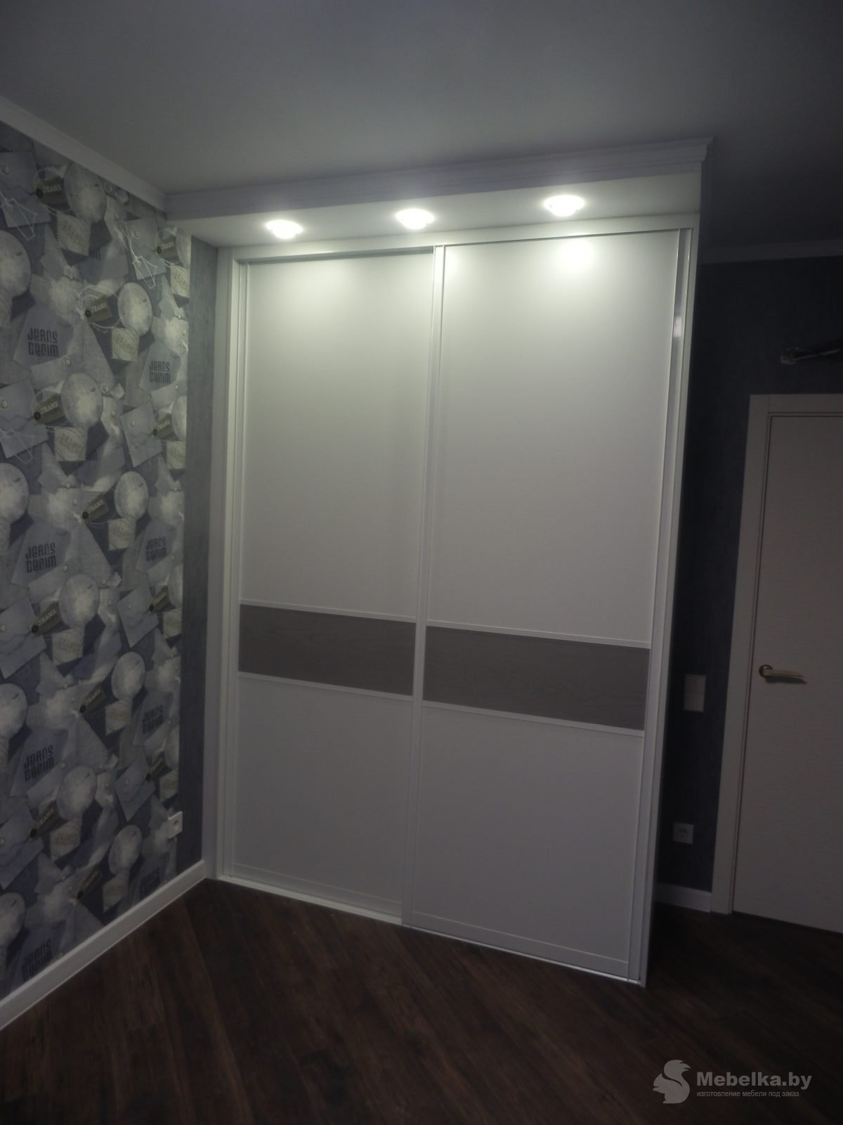 Белый шкаф-купе со вставкой вид 1