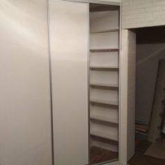 Белый угловой шкаф-купе в нише вид 2
