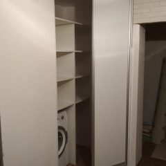 Белый угловой шкаф-купе в нише вид 3