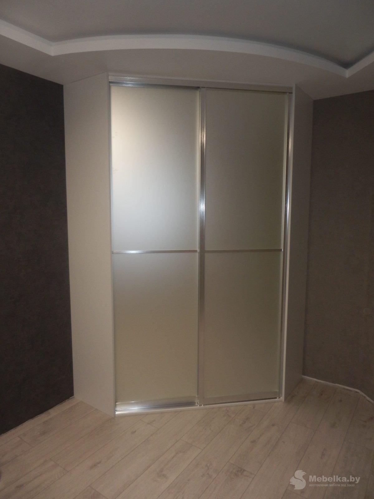 Белый угловой трапециевидный шкаф-купе с зеркалом сатин серебро