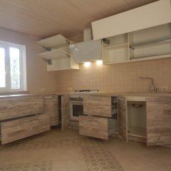 Большая угловая кухня, открытые ящики