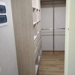 Гардеробная комната с нишами под сушильную машину и морозильник. Вид 1