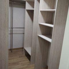 Гардеробная комната с нишами под сушильную машину и морозильник. Вид 2