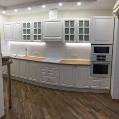 Классическая прямая кухня с пеналом