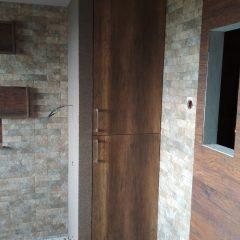 Одностворчатый шкаф в нише в комнате