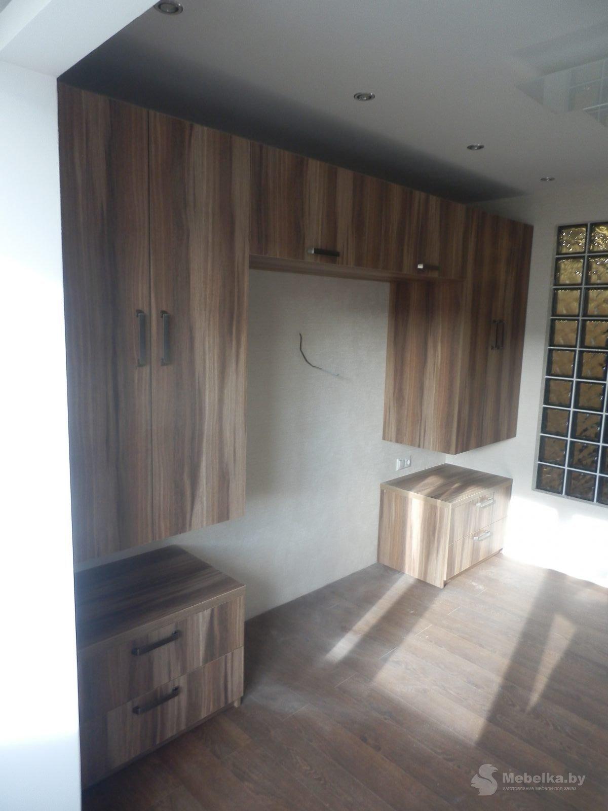 Подвесные шкафы с антресолью и тумбочками для спальни
