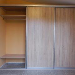 Простой шкаф-купе для верхней одежды вид 2