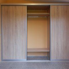 Простой шкаф-купе для верхней одежды вид 4