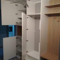 Распашной шкаф в прихожей с открытой нишей. Вид 2