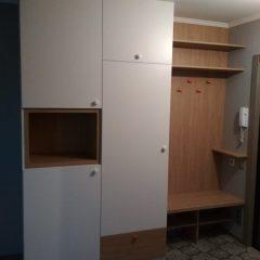 Распашной шкаф в прихожей с открытой нишей. Вид 4