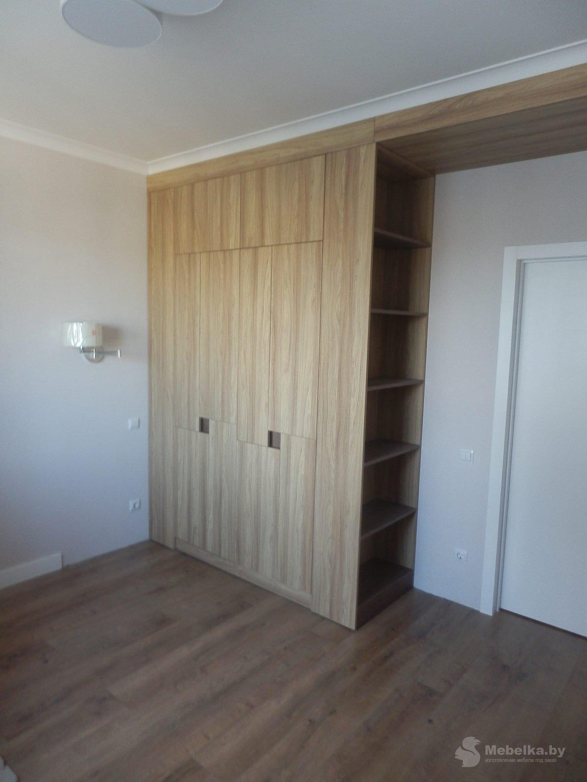 Шкаф без ручек с открытыми нишами, второй вид