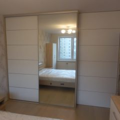 Шкаф-купе белый с зеркалом в спальне вид 1