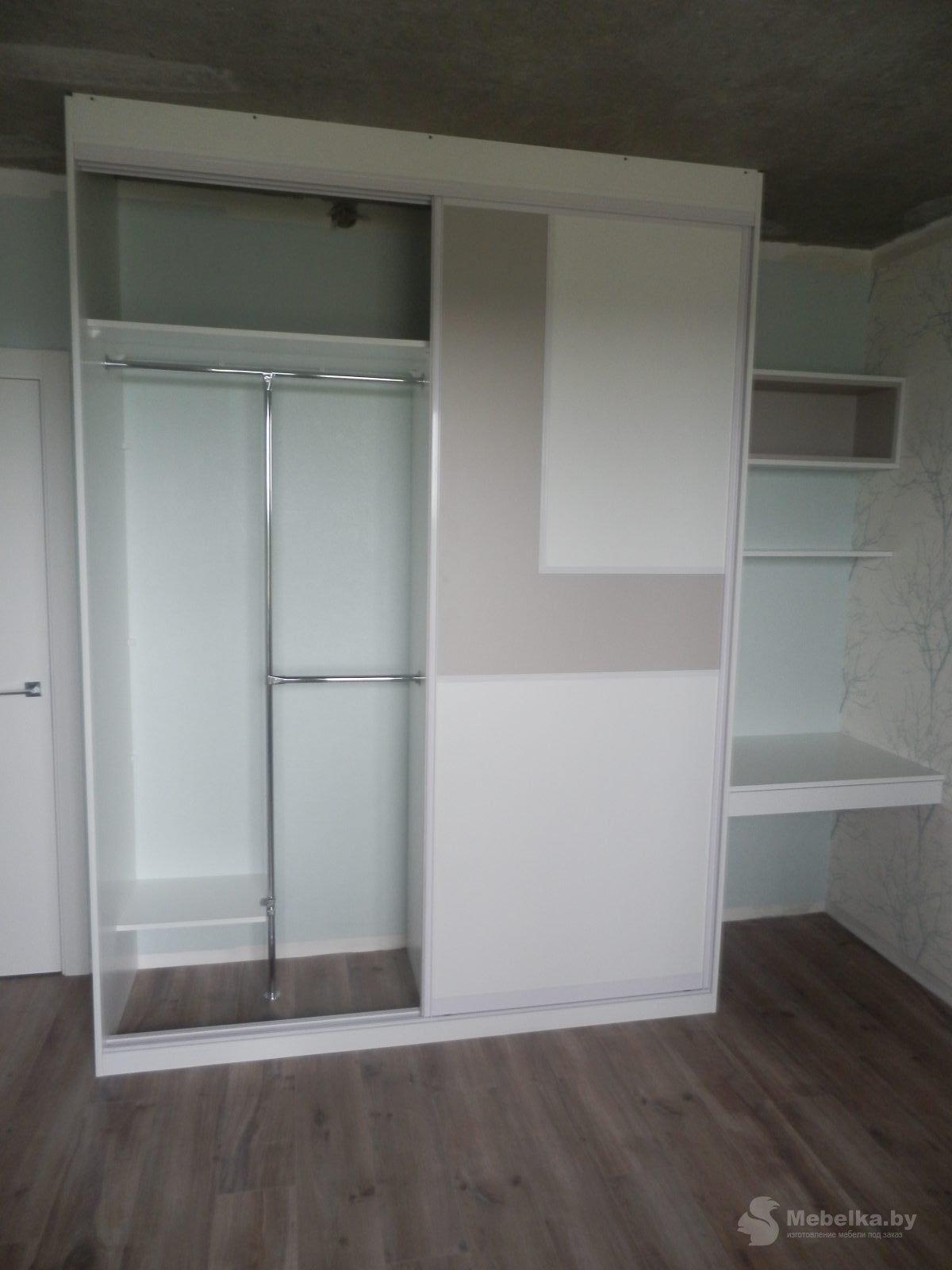 Шкаф-купе со вставкой и рабочим местом в спальне вид 3