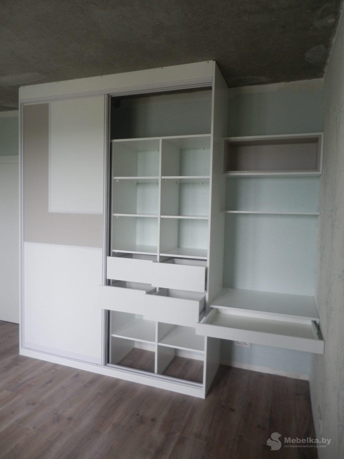 Шкаф-купе со вставкой и рабочим местом в спальне вид 5