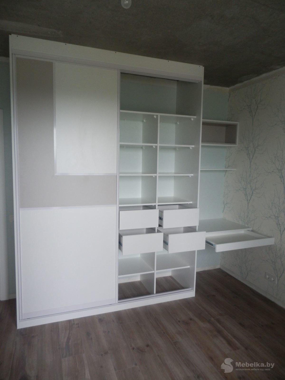 Шкаф-купе со вставкой и рабочим местом в спальне вид 6