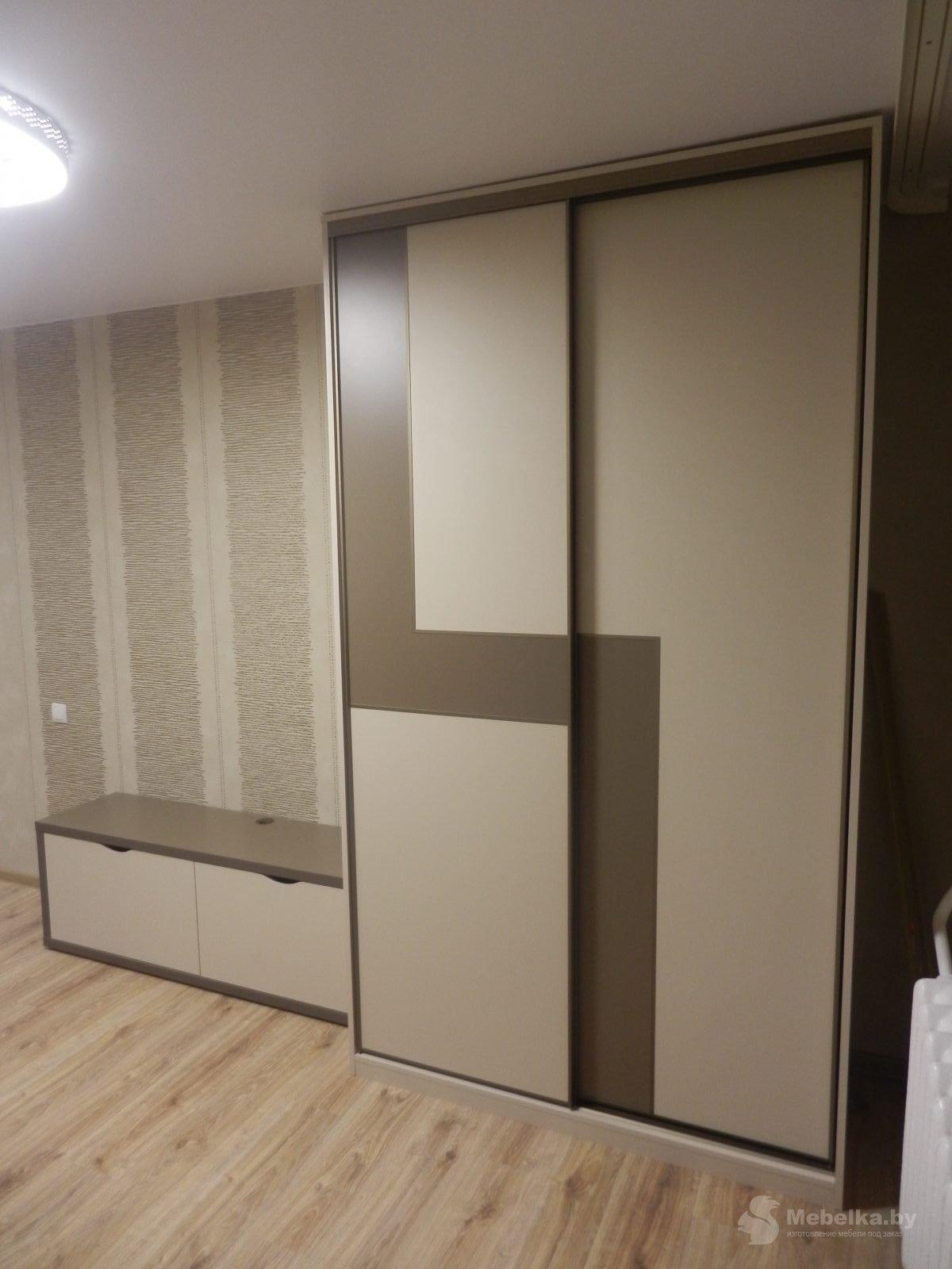 Шкаф-купе со вставкой и тумбой под телевизор вид 1