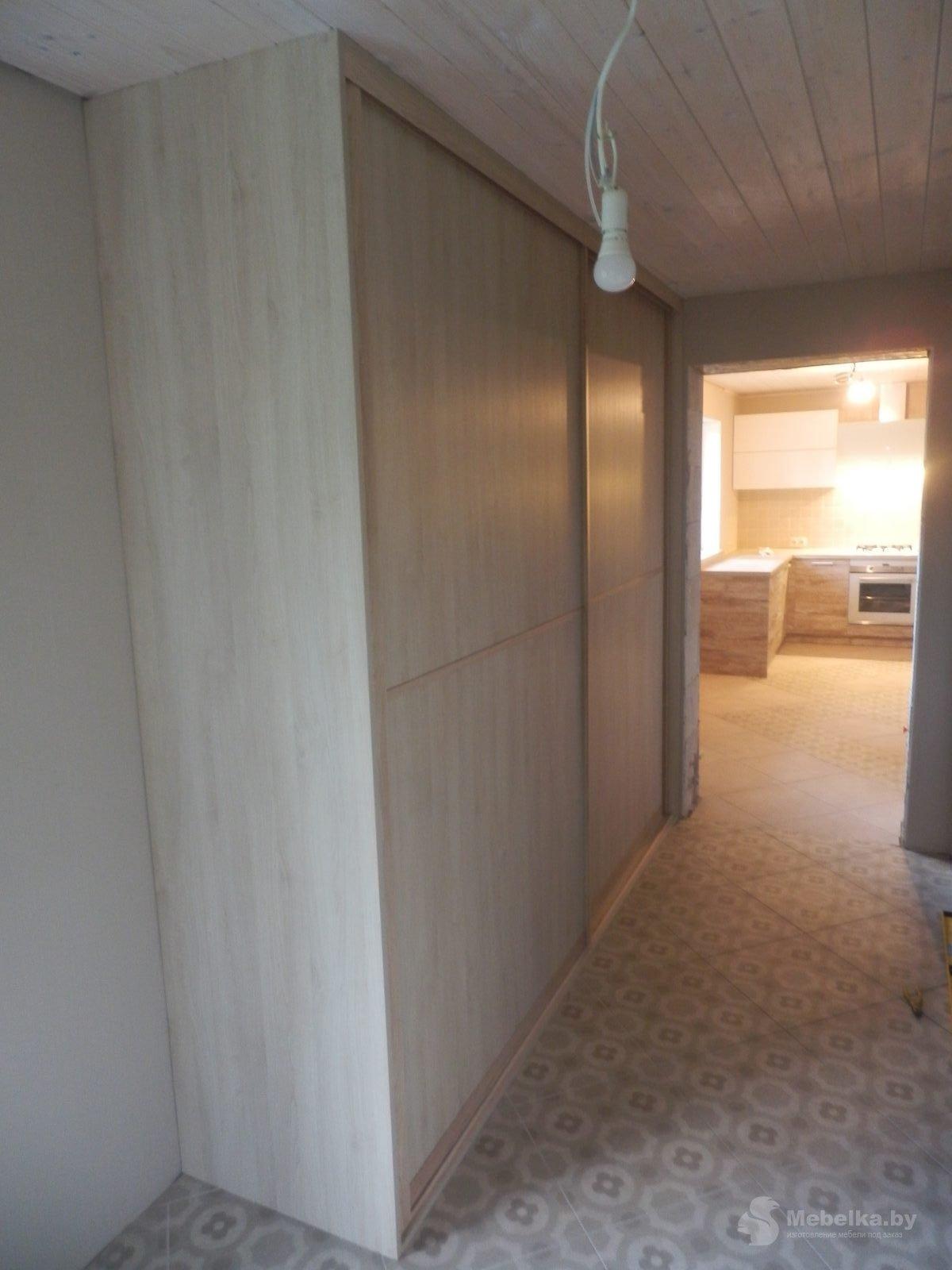 Шкаф-купе в прихожей в частном доме вид 1