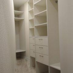 Треугольная гардеробная комната