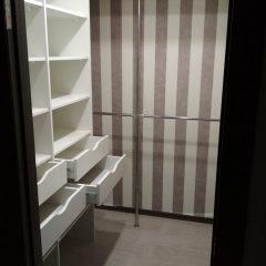 Белая гардеробная комната с шуфлядками. Вид 4