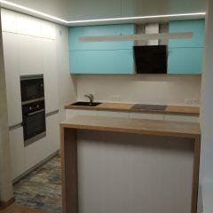 Белая кухня без ручек, с берюзовыми фасадами и барной стойкой. Вид 1