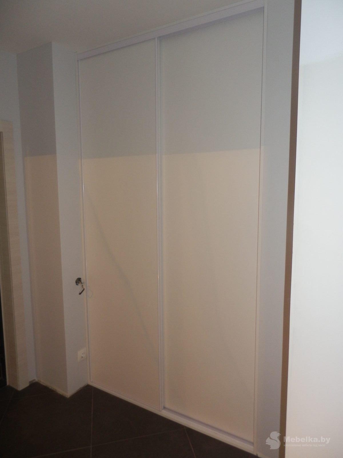 Белые двери-купе гардеробной