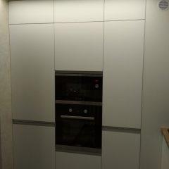 Белые шкафы-пеналы без ручек со встроеннымы духовкой и микроволновкой