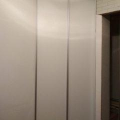 Белый угловой шкаф-купе в нише вид 1