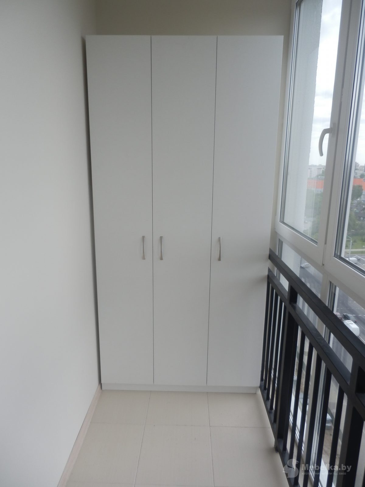 Корпусный шкаф на балконе