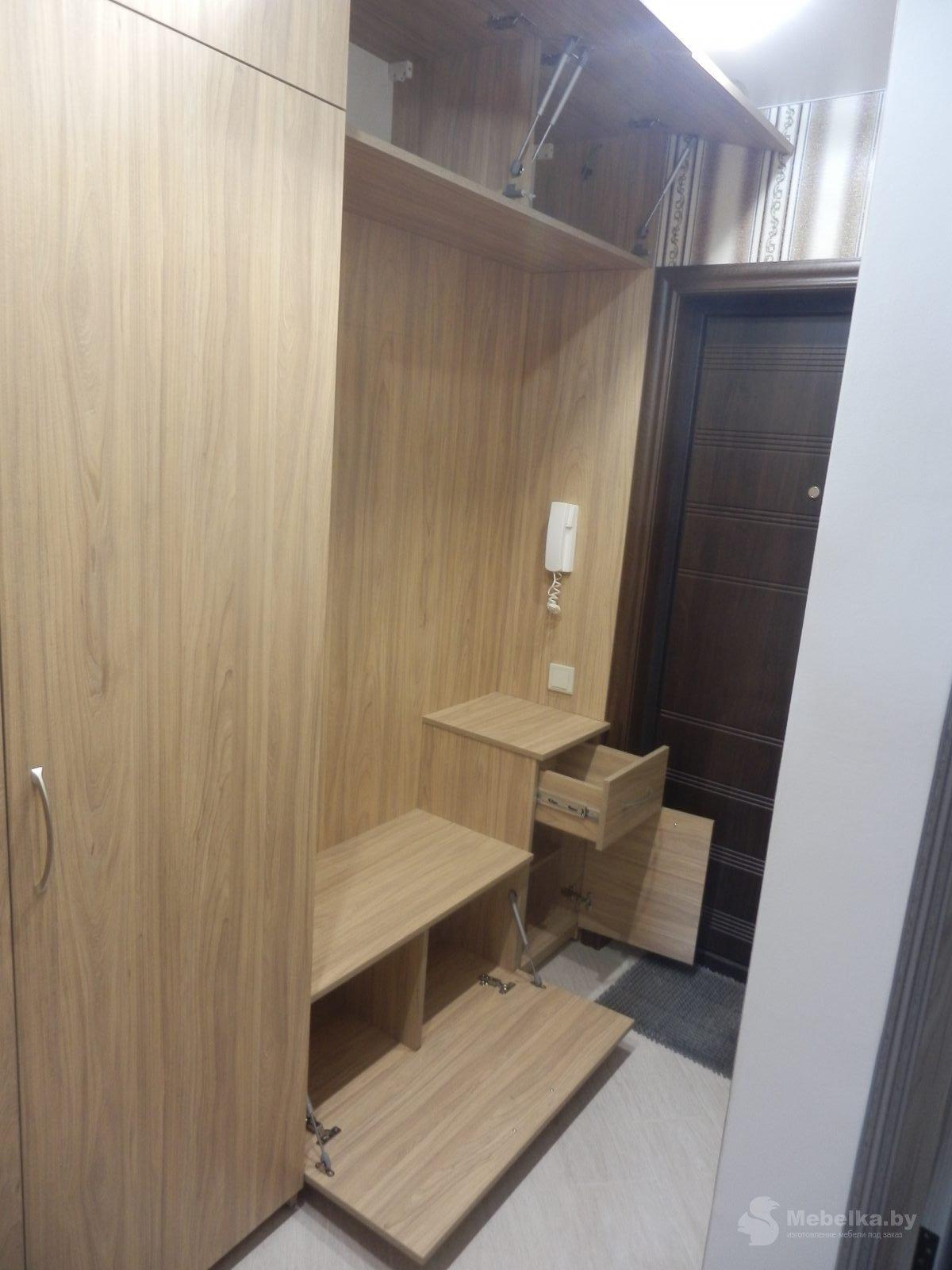 Прихожая со шкафом и антресолью, открытые ящики