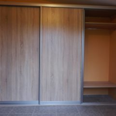 Простой шкаф-купе для верхней одежды вид 3