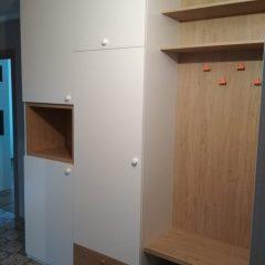 Распашной шкаф в прихожей с открытой нишей. Вид 1