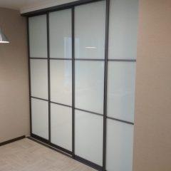 Раздвижная перегородка с белым стеклом. Вид 1