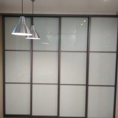Раздвижная перегородка с белым стеклом. Вид 2