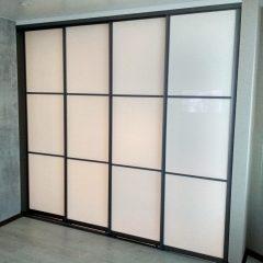 Раздвижная перегородка с белым стеклом. Вид с обратной стороны
