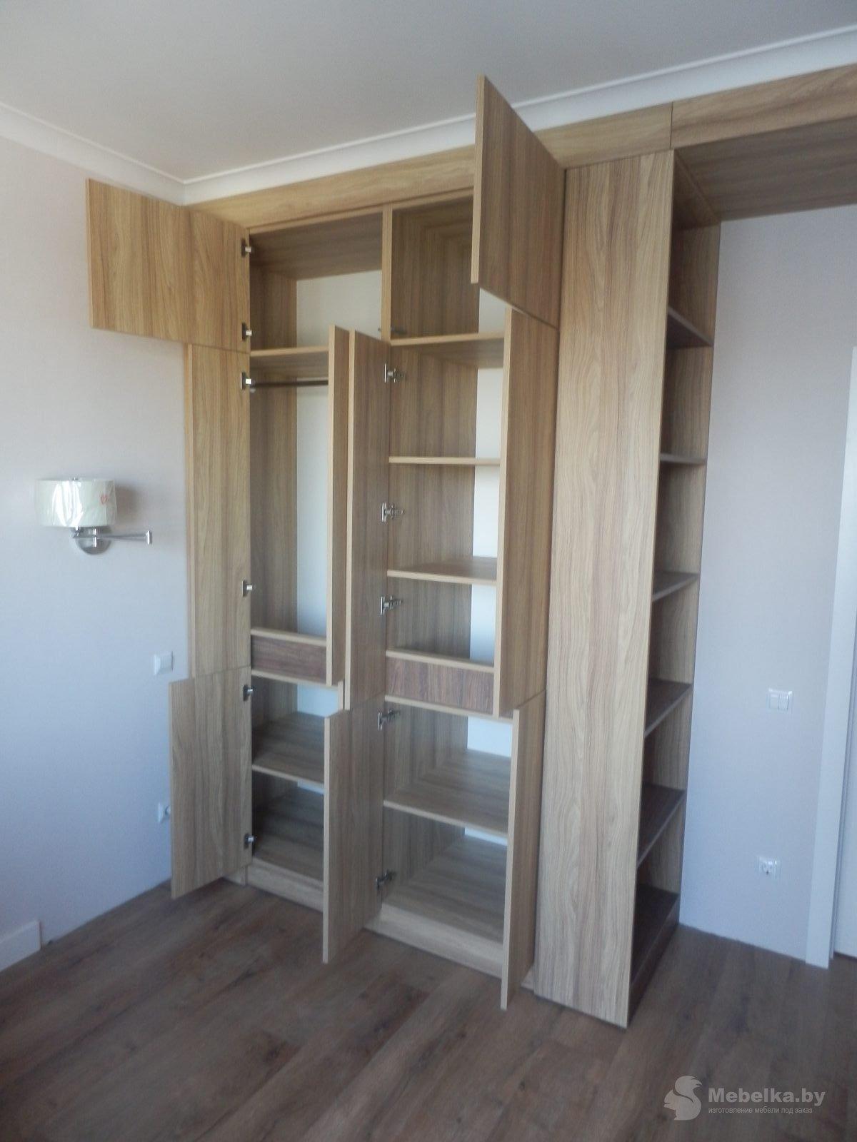 Шкаф без ручек с открытыми нишами, открытый