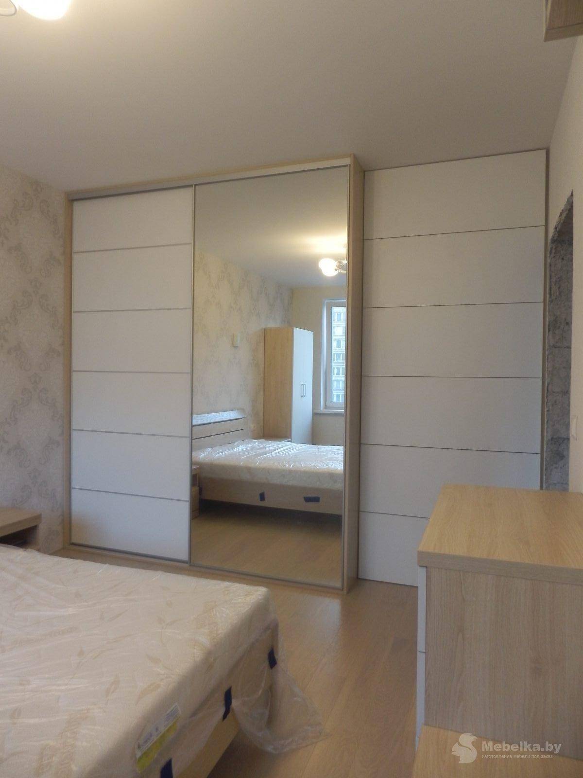 Шкаф-купе белый с зеркалом в спальне вид 2