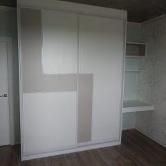 Шкаф-купе со вставкой и рабочим местом в спальне вид 1