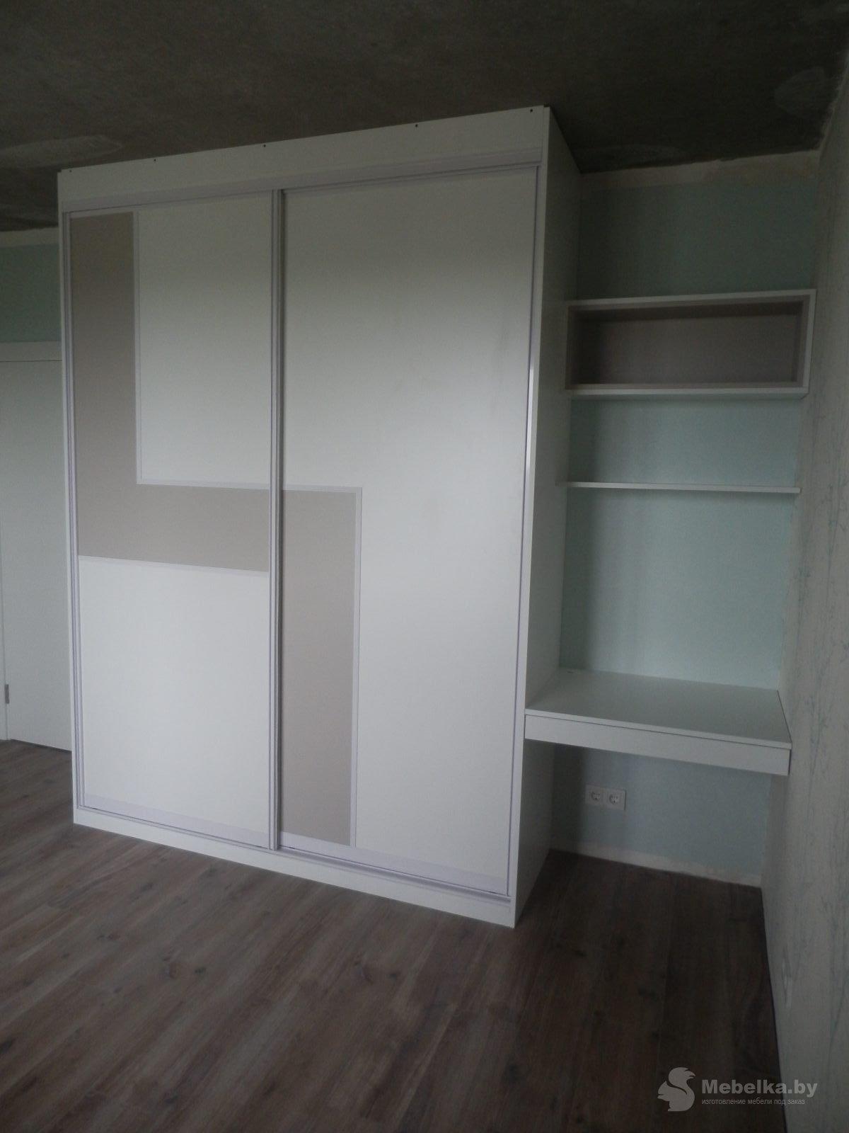 Шкаф-купе со вставкой и рабочим местом в спальне вид 2