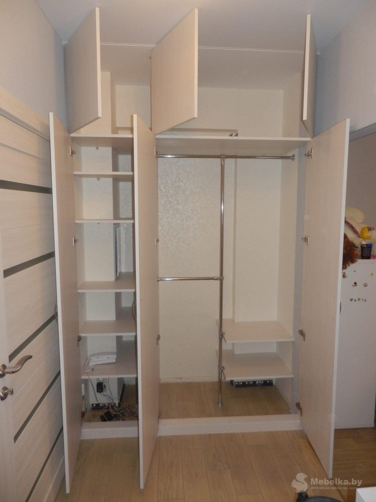 Трехстворчатый шкаф в прихожую вид 4