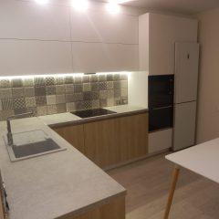 Угловая кухня белый и дуб, второй вид