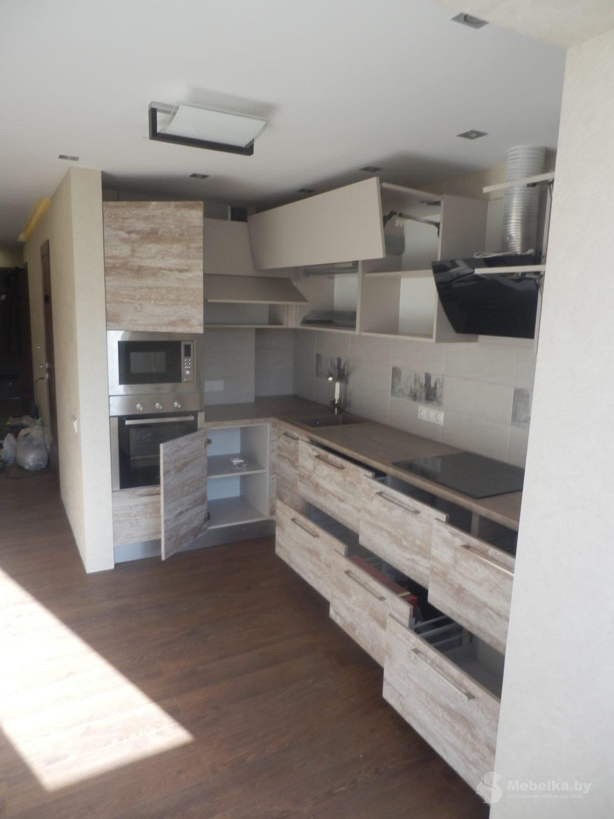Угловая кухня с пеналом, с открытыми ящиками
