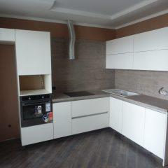 Угловая кухня со стеновой панелью