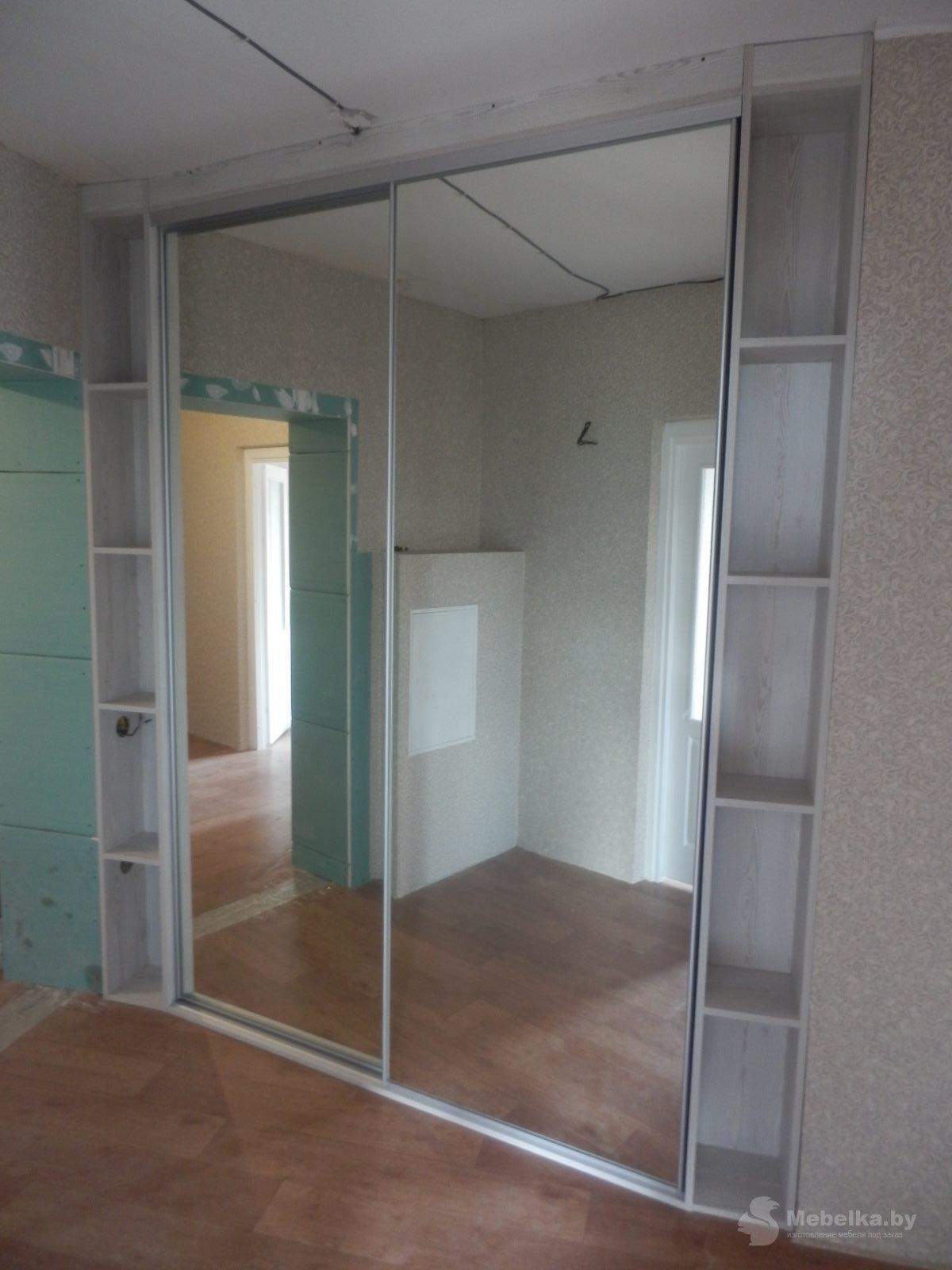 Зеркальные двери гардеробной с открытыми нишами
