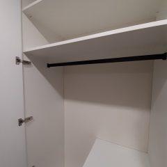 Белый распашной шкаф с графитовыми ручками (16)