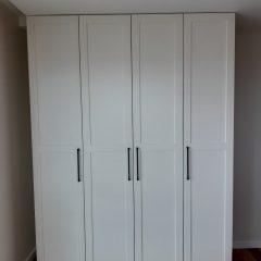 Белый распашной шкаф с графитовыми ручками (2)
