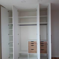 Белый распашной шкаф с графитовыми ручками (3)
